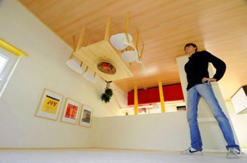 A l'intérieur de la maison, les meubles sont eux aussi à l'envers !