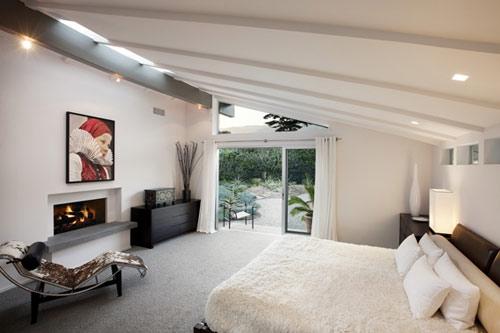 Maison esprit loft en californie - Chambre avec plafond en pente ...