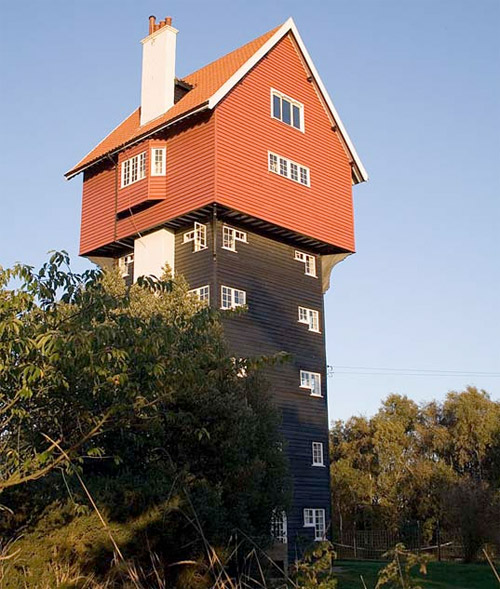 Maison au sommet d'un chateau d'eau