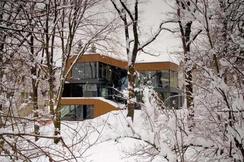 maison contemporaine sous la neige dans la foret
