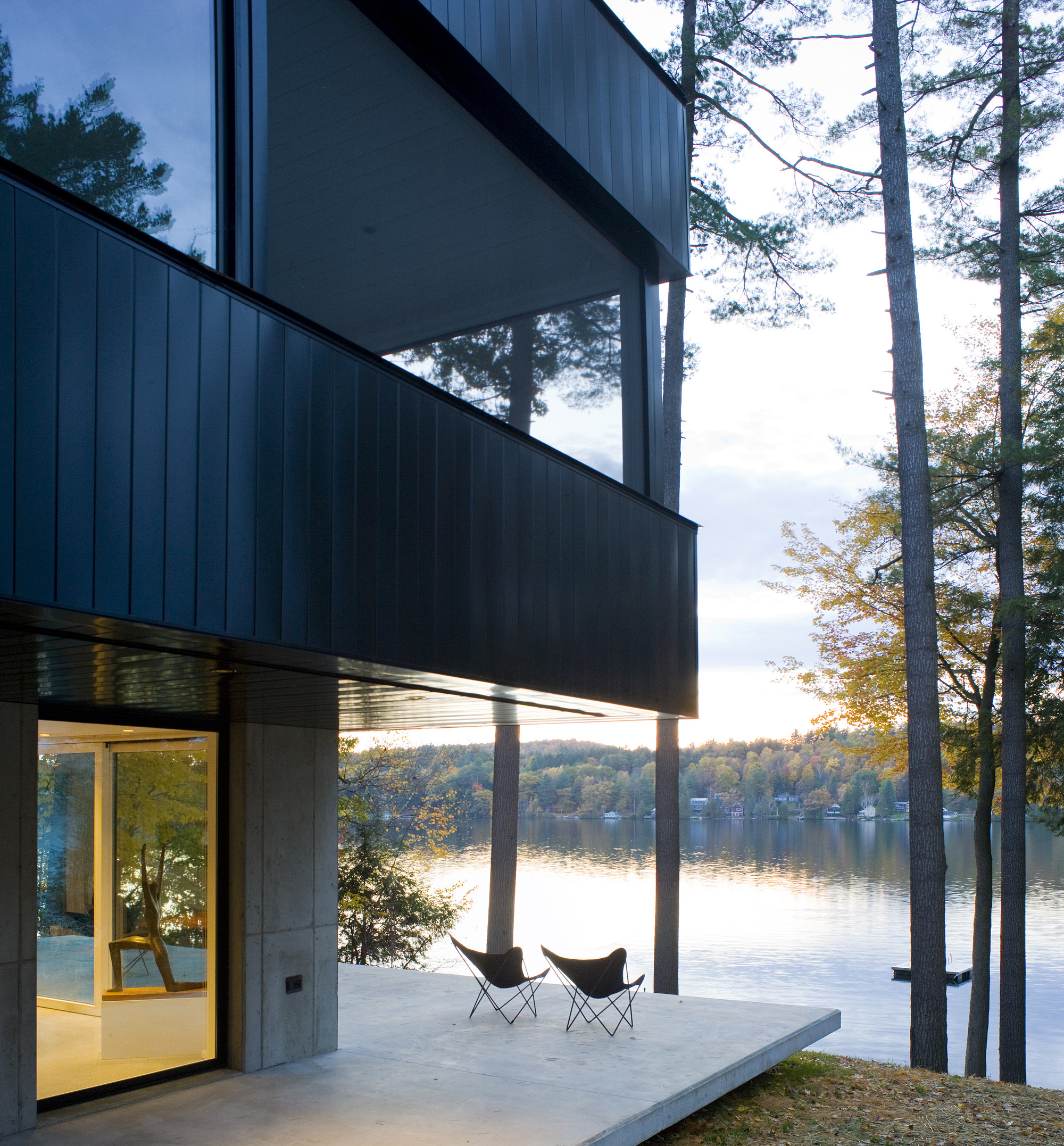 Cantilever Lake House par Birdseye Design