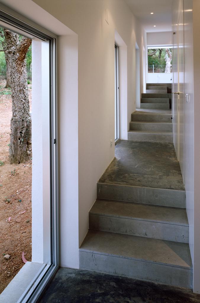 Escalier d'une maison sur un terrain en pente
